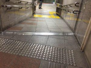 新宿西口駅 D2 スロープ2
