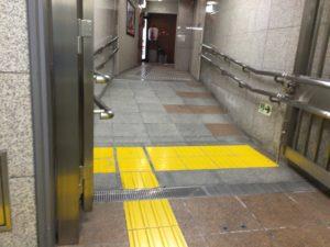 新宿西口駅 D2 スロープ1